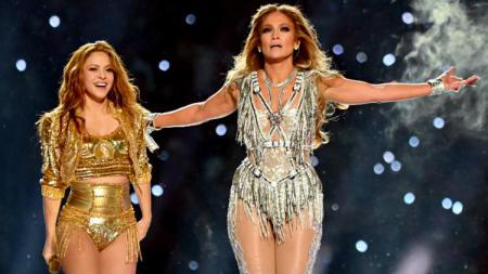 Jennifer Lopez dan Shakira guncang panggung Super Bowl 2020. - INDOSPORT