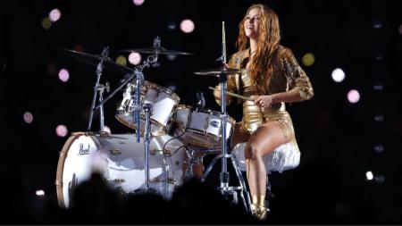 Shakira pamer skill main drum di Super Bowl 2020. - INDOSPORT