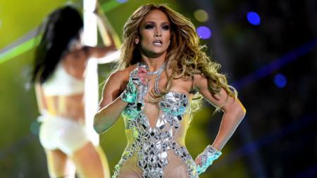Dalam penampilannya di Super Bowl, Jennifer Lopez tampil membawakan lagu-lagu hitsnya seperti 'Jenny from the Block'. - INDOSPORT