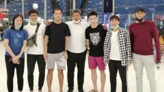 Indosport - Pelatih asal Indonesia, Agus Dwi Santoso berpamitan dengan pemain Thailand