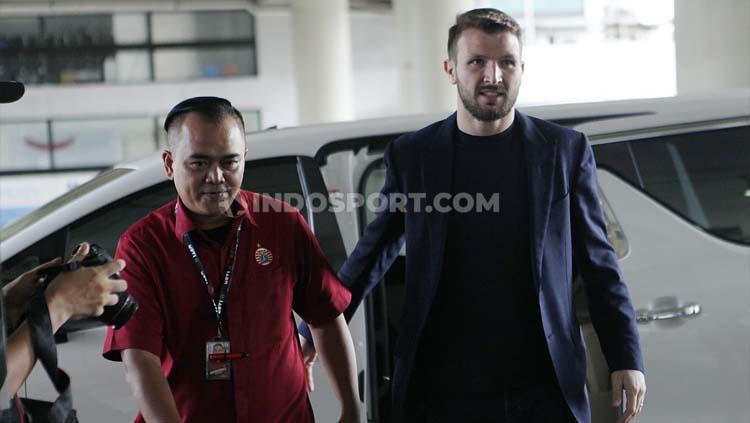 Momen pengenalan Marco Motta sebagai pemain baru Persija Jakarta. Copyright: Herry Ibrahim/INDOSPORT