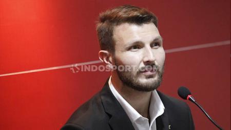 Bek Marco Motta saat diperkenalken sebagai pemain baru Persija Jakarta. - INDOSPORT