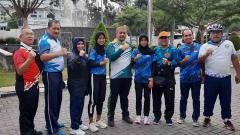 Indosport - Kadispora Sumut Baharuddin Siagian (tengah), bersama dua atlet PPLP Sumut yang dipanggil mengikuti program pelatnas persiapan SEA Youth 2020.