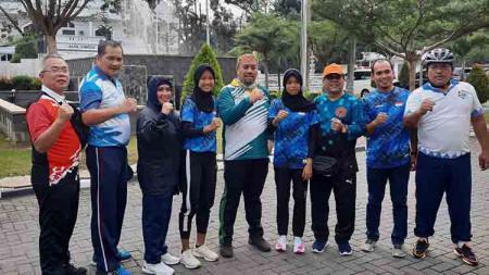 Kadispora Sumut Baharuddin Siagian (tengah), bersama dua atlet PPLP Sumut yang dipanggil mengikuti program pelatnas persiapan SEA Youth 2020. - INDOSPORT