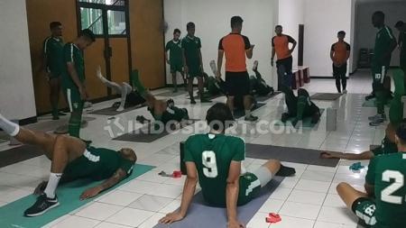 Penggawa klub Liga 1 Persebaya dalam latihan di dalam Stadion Gelora Delta, Sidoarjo karena hujan dan angin kencang. Senin (3/2/20). - INDOSPORT
