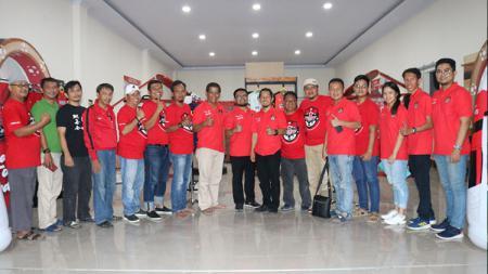Jajaran manajemen Persekat Tegal melakukan foto dengan perwakilan sponsor yang hadir dalam acara launching Red Zone menjelang Liga 2 2020. - INDOSPORT