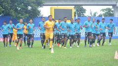 Indosport - Para pemain klub Liga 2 Sriwijaya FC melakukan pemanasan di Stadion Bumi Sriwijaya.