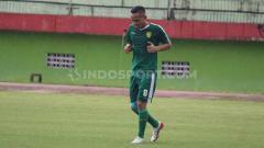 Indosport - Oktafianus Fernando berlatih terpisah dengan pemain Persebaya yang lain, Senin (3/2/20).