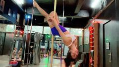 Indosport - Dewi Perssik ketika tengah berolahraga pole dance.