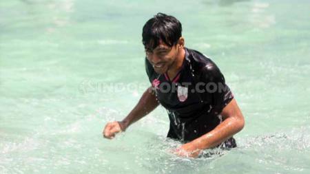 Gelandang baru Persis Solo, Syahroni, berenang di Kolam Renang Manahan, Solo, menjelang Liga 2 2020 Selasa (4/2/20). - INDOSPORT