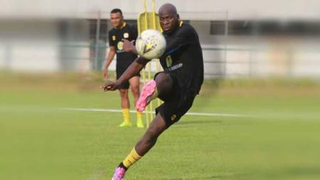Jelang kick-off lanjutan pekan keempat kompetisi Liga 1 2020, pemain naturalisasi asal Nigeria, OK John akhirnya merapat ke tim Barito Putera. - INDOSPORT