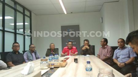 Direktur Utama PT LIB, Cucu Somantri (tengah) bersama para pengurus PT LIB melakukan pertemuan membahas sponsor Liga 1 2020. - INDOSPORT