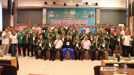 Ketum KONI Medan Eddy Sibarani (empat kanan duduk) foto bersama ketua umum KONI Sumut John Ismadi dan Plt Wali Kota Medan Akhyar Nasution, serta para peserta Musorkot KONI Medan 2020. - INDOSPORT