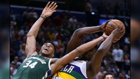 Duel antara bintang Milwaukee Bucks, Giannis Antetokounmpo (kiri) melawan bintang muda New Orleans Pelicans, Zion Williamson di pertandingan NBA - INDOSPORT