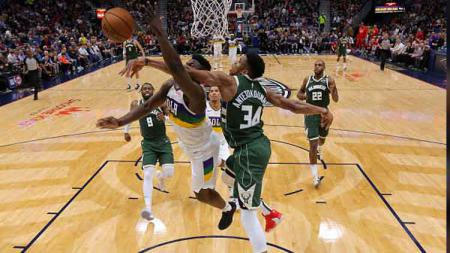 Momen pertarungan antara dua bintang muda NBA dari tim New Orleans Pelicans, Zion Williamson (kiri) dan Giannis Antetokounmpo, bintang Milwaukee Bucks - INDOSPORT
