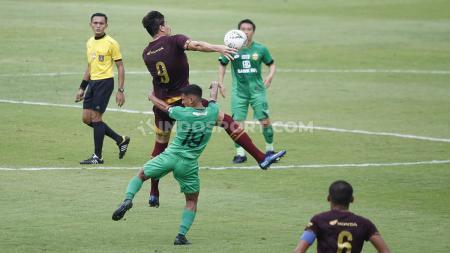 Pemain Bhayangkara FC dan PSM Makassar berduel udara dalam upaya merebut bola dalam laga uji coba di Stadion PTIK. - INDOSPORT