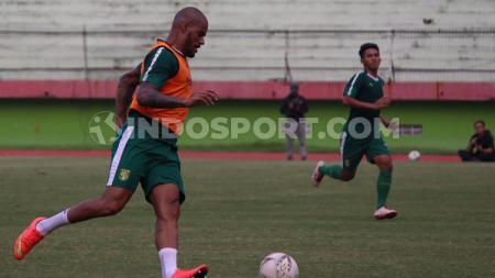 Penampilan David Da Silva mendapatkan pujian dari tim pelatih Persebaya. - INDOSPORT