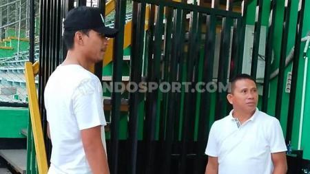 Eks pemain Timnas Indonesia U-23 dan Semen Padang, Agung Prasetyo (kiri), tertangkap kamera berdiskusi dengan Pelatih PSMS, Philep Hansen (kanan). - INDOSPORT