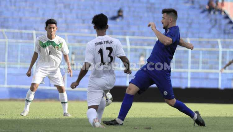 Laga uji coba pemain Arema FC, Jonathan Bauman belum memperlihatkan performa terbaiknya. Copyright: Ian Setiawan/INDOSPORT