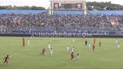 Indosport - Sekitar 5 ribuan Aremania antusias menyaksikan uji coba Arema vs PON Jatim meski hasil imbang 1-1.