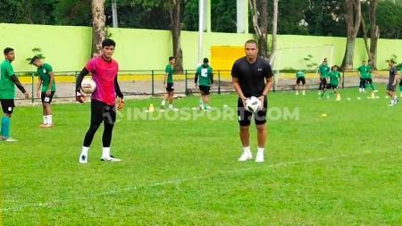 Muhammad Adi Satryo (baju merah) bersama pelatih kiper PSMS Medan, Sahari Gultom (baju hitam), berlatih di Stadion Kebun Bunga, Medan. - INDOSPORT
