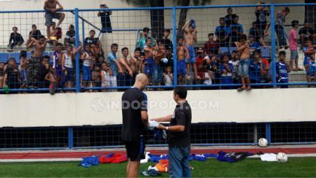 Bomber asing klub Liga 1 PSIS Semarang, Bruno Silva, diserbu para penggemarnya usai timnya melakukan latihan di Stadion Citarum, Kamis (6/2/20) sore. - INDOSPORT
