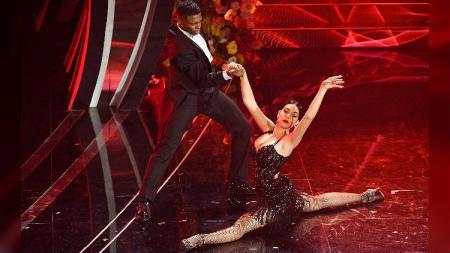 Kekasih Cristiano Ronaldo, Georgina Rodriguez, saat pamer skill menari tango. - INDOSPORT