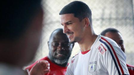 Bek asal Brasil, Arthur Cunha belum juga bergabung dalam pemusatan latihan (TC) Persipura Jayapura jelang Liga 1 2020 di Kota Batu, Malang, hingga dua pekan. - INDOSPORT