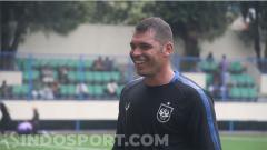 Indosport - Wallace Costa saat melakukan latihan bersama penggawa PSIS Semarang di Stadion Citarum.