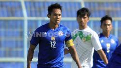 Gelandang Arema FC, Hendro Siswanto, ikut menjalani tantangan dari Kratingdaeng.