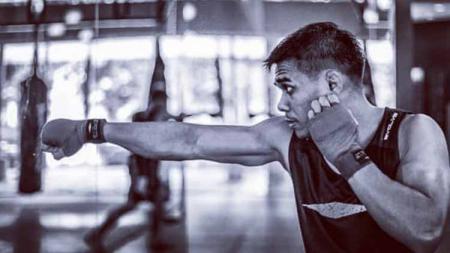 Petarung Mixed Martial Arts (MMA) asal Indonesia, Eko Roni Saputra menjadi salah satu diaspora harapan bangsa yang mengibarkan bendera merah putih di Singapura. - INDOSPORT