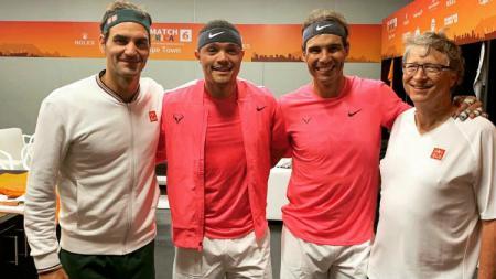 Roger Federer dan Rafael Nadal main dalam laga amal bersama Trevor Noah dan Bill Gates. - INDOSPORT