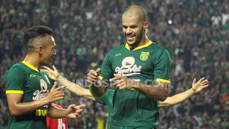 Selebrasi David Da Silva setelah gol kedua ke gawang Sabah FA Copyright: Fitra Herdian/INDOSPORT