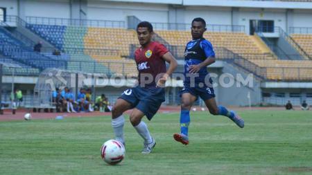 Pemain Persib, Ardi Idrus (kanan) dibayang-bayangi pemain PSKC Cimahi saat mengejar bola pada laga uji coba di Stadion GBLA, Kota Bandung, Sabtu (08-02-2020). - INDOSPORT