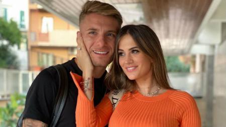 Pemain sepak bola Lazio, Ciro Immobile, dan istrinya yang bernama Jessica Melena, kompak melakukan olahraga unik nan aneh di rumah mereka. - INDOSPORT