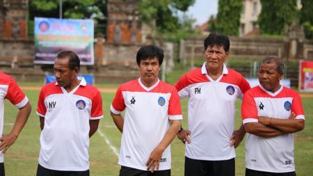 Terlihat para mantan penggawa Gelora Dewata menggunakan replika jersey saat tampil di Piala Winners Asia 1994 lalu. - INDOSPORT