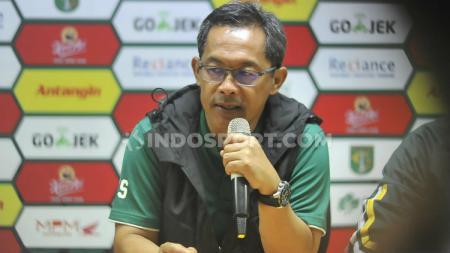 Aji Santoso saat konferensi pers klub Liga 1 Persebaya Surabaya, Sabtu (08/02/20). - INDOSPORT