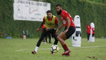 Kondisi dua penggawa klub Liga 1 Persipura Jayapura, Ian Louis Kabes dan pemain asing asal Belanda, Sylvano Comvalius perlahan mulai membaik dari cedera. - INDOSPORT