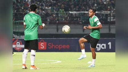 Mantan pemain Persikabo Abduh Lestaluhu saat menjalani latihan di Stadion Gelora Bung Tomo, Surabaya, Jawa Timur. - INDOSPORT