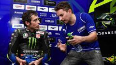 Indosport - Jorge Lorenzo memberi arahan kepada Valentino Rossi.