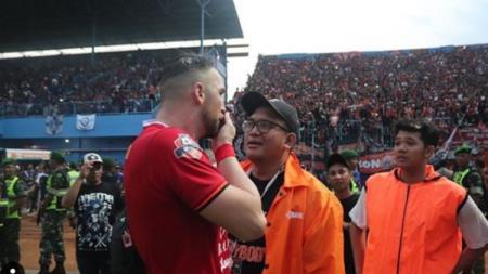 Striker Persija Jakarta, Marko Simic, turut berperang melawan virus corona di Indonesia. - INDOSPORT