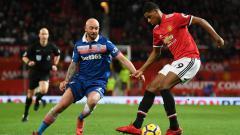 Indosport - Stephen Ireland saat berhadapan dengan Marcus Rashford kala Manchester United menjamu Stoke City