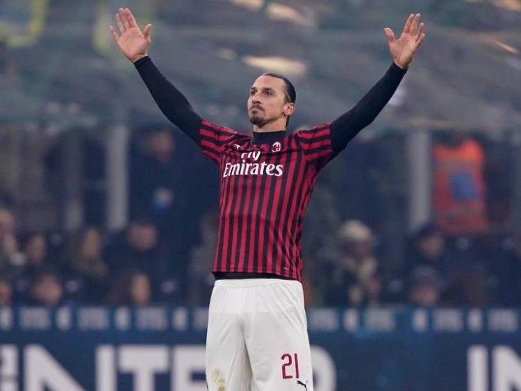 Striker AC Milan, Zlatan Ibrahimovic melakukan selebrasi usai mencetak gol ke gawang Inter Milan Copyright: Mattia Ozbot/Soccrates/Getty Images