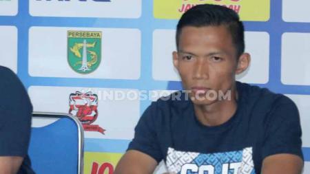 Kapten Persela, Eky Taufik Febrianto merasa aturan pergantian 5 pemain di lanjutan Liga 1 2020 kurang ideal. - INDOSPORT
