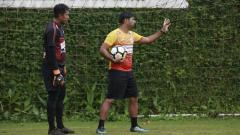 Indosport - Pelatih Kiper Persipura, Gerson Rios (kanan), sedang memberi arahan kepada kiper utama Persipura, Dede Sulaiman.