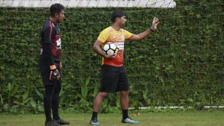Pelatih Kiper Persipura, Gerson Rios (kanan), sedang memberi arahan kepada kiper utama Persipura, Dede Sulaiman. - INDOSPORT
