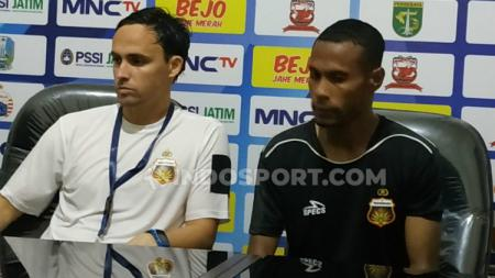 Pelatih Bhayangkara FC, Paul Munster, bersama perwakilan pemain, Ruben Sanadi, dalam sesi konferensi pers usai laga Piala Gubernur Jatim, Senin (10/2/20). - INDOSPORT