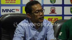 Indosport - Aji Santoso saat konferensi pers usai laga lawan Persik Kediri.