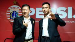 Indosport - Presiden Persija Jakarta, Ferry Paulus dan Pemain baru Persija Jakarta Osvaldo Haay.