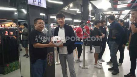 Pelatih Timnas Indonesia, Shin Tae-yong saat mengunjungi Bali United Megastore, Selasa (11/02/20). - INDOSPORT